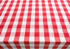 Tischplatteansicht abgedeckt durch rote Ginghamtischdecke Stockbilder