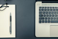 Tischplatteansicht des Laptops und Notizbuch in der Weinlese tonen stockfotos