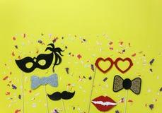 Tischplatteansicht-Luftbild der schönen bunten Karnevalsmaske oder der Passfotoautomatstütze stockfoto