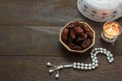 Tischplatteansicht-Luftbild von Dekoration Ramadan Kareem-Feiertag lizenzfreies stockfoto