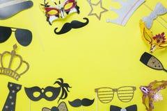 Tischplatteansicht-Luftbild von schönen bunten Karnevalsmasken- oder -Passfotoautomatstützen Stockbilder