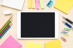 Tischplatteansicht von Briefpapiereinzelteilen und -tablette auf hölzernem Schreibtisch Lizenzfreie Stockbilder