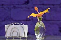 Tischplatteeinstellung der Servietten und des Vase mit Blume Stockfotos