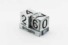 Tischplattenewiger kalender auf die kyrillisch Schrift lokalisiert auf weißem backgro lizenzfreie stockbilder