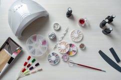 Tischplattenmaniküre Verschiedene Elemente für Nagelentwurf stockbild
