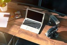 Tischplattenschuß einer modernen Digital-Foto-Kamera mit Laptop Lizenzfreie Stockbilder