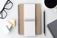 Tischplattentabelle des modernen weißen Büros mit Notizbuch, Anmerkung, eine Schale von Stockfotos