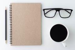 Tischplattentabelle des modernen weißen Büros mit Notizbuch, Anmerkung, eine Schale von Stockbild