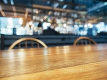 Tischplattezähler und -sitze mit unscharfem Bar-Restauranthintergrund Stockfoto