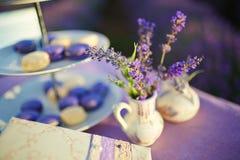 Tischschmuck in den Lavendelblumen stockfotos