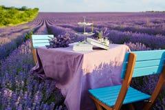 Tischschmuck in den Lavendelblumen stockfotografie