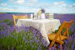 Tischschmuck in den Lavendelblumen stockfoto