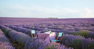 Tischschmuck in den Lavendelblumen stockbild