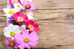 Tischschmuck mit Kosmos, Rosen und anderen Blumen stockbild