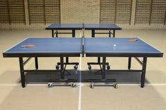 Tischtennis in der Sporthalle Stockfotografie