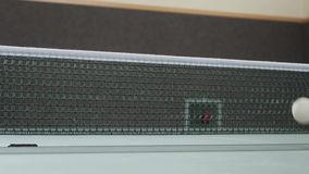Tischtennis mit Ball-Netz und Tabelle stock video