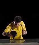 Tischtennis-Spielermann Konzentration lizenzfreies stockbild