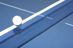 Tischtennis und Kugel stockfotos