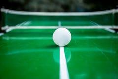 Tischtennisball mit grünem Hintergrund stockbilder