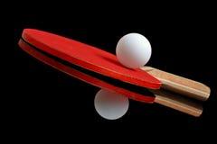 Tischtenniskugel und -paddel Stockbild