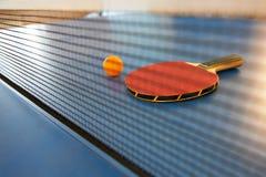 Tischtennisschläger und -kugel Stockbilder