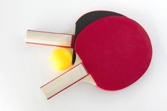 Tischtennisschläger und -kugel Lizenzfreies Stockfoto