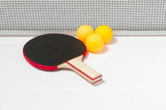 Tischtennisschläger und -kugeln Lizenzfreie Stockbilder