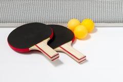 Tischtennisschläger und -kugeln Stockbilder