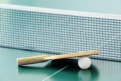 Tischtennisschläger und ein Ball Stockfotos