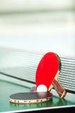 Tischtennisschläger und -kugel Stockfotografie
