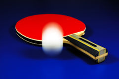 Tischtennisschläger und -kugel Lizenzfreie Stockfotos