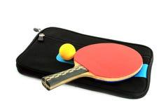 Tischtennisschläger und -kugel mit Fall Stockfotos