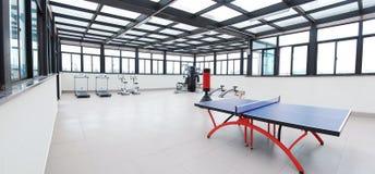 Tischtennistabelle in der Gymnastik Lizenzfreie Stockfotografie