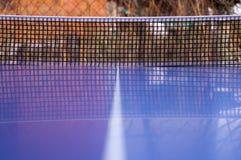 Tischtennistabelle mit Netz stockbild