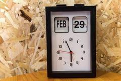 Tischuhr mit am 29. Februar Tag Lizenzfreies Stockbild