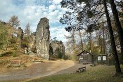 Tiske steny, Ustecky-kraj, Tschechische Republik - 10. Dezember 2016: hohe Felsformation mit einer kleinen Flagge der Tschechisch Lizenzfreie Stockbilder