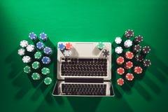 Tisonnier et jeu en ligne de casino Photos libres de droits