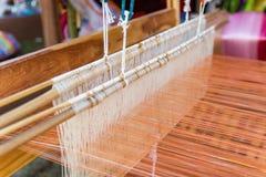 Tissage de tissage de ménage d'équipement - détail de métier à tisser de tissage pour la soie faite maison photographie stock