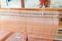 Tissage de tissage de ménage d'équipement - détail de métier à tisser de tissage pour la soie faite maison photo stock