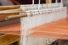 Tissage de tissage de ménage d'équipement - détail de métier à tisser de tissage pour la soie faite maison images stock