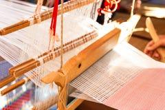 Tissage de tissage de ménage d'équipement - détail de métier à tisser de tissage pour la soie faite maison image stock