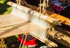 Tissage de métier à tisser de ménage - détail de métier à tisser de tissage pour la production faite maison de soie ou de textile photo stock