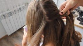 Tissage des cheveux sur la tête à la broche le noeud français banque de vidéos