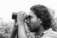 Tissamaharama, Sri Lanka 20 de febrero de 2017: Miradas de la guía del safari hacia fuera para los animales Fotos de archivo libres de regalías