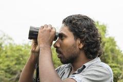Tissamaharama, Sri Lanka 20 de fevereiro de 2017: O guia do safari procura animais imagem de stock
