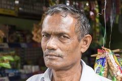 Tissamaharama, Sri Lanka 19 febbraio 2017: Venditore ambulante anziano pazzo Fotografia Stock