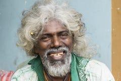 Tissamaharama, Sri Lanka 19 febbraio 2017: Venditore ambulante anziano pazzo Fotografia Stock Libera da Diritti
