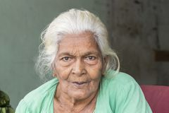 Tissamaharama, Sri Lanka 19. Februar 2017: Alte Frau Lizenzfreie Stockbilder