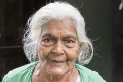 Tissamaharama, Sri Lanka 19 februari, 2017: Mooie Grootmoeder Stock Foto