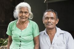 Tissamaharama Sri Lanka Februari 19th, 2017: Farmor och hennes son Royaltyfri Bild